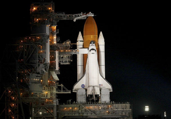 """在美国佛罗里达州的肯尼迪航天中心,""""发现""""号航天飞机竖立在发射架上."""