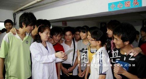 来自麻章某中学的外科小陈对医生说:体检笔者听说高中女生男项目检追萝是由图片