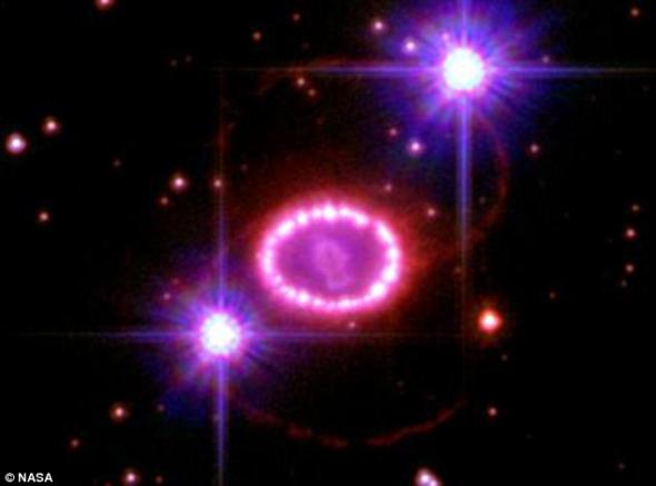 遥远超新星爆发形成直径1光年明亮珍珠环
