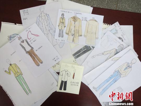 学生们的校服设计手稿.马义恒摄