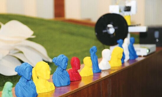 [数学大师是谁]数学大师丘成桐在滇展示3D打印