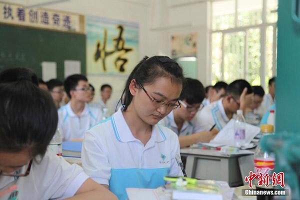 高三学生�y..�.��(N�_5月29日,高温下的四川攀枝花三中高三学生紧张备战高考.