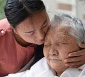 带瘫痪奶奶上大学女孩将毕业:想边工作边照顾家人
