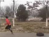 疫期备战高考 追风少年拖着轮胎跑步火遍网络