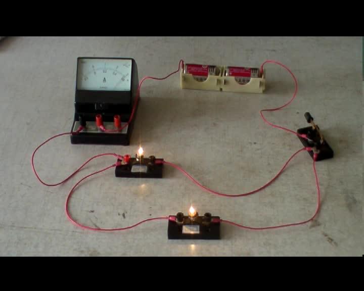 初中物理实验操作视频:  用电流表测并联电路中的电流  mpg