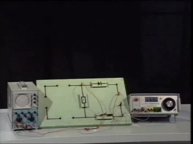 人教版 高二物理选修3-2  5.1交变电流-用示波器观察交流电通过二极管前后的波形-视频素材